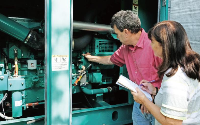 [写真]グループ会社の工場を視察し、指導する米国地域統括本社の担当者