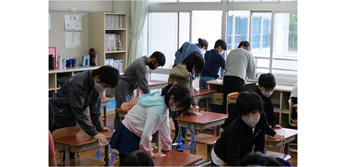 [画像]稲敷市内の小学校で、生徒が「Hydro Ag+ アルコールクロス」を使用して教室内の消毒活動を実施する様子