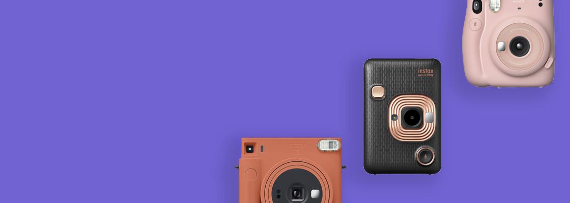 [foto] 3 cámaras Instax en diferentes colores sobre un fondo violeta