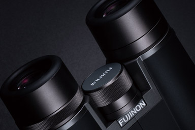 [Foto] Nahaufnahme des Fujinon-Logos auf einem Fernglas
