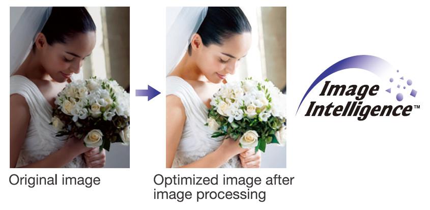 [imagem] Fotografia sem aprimoramento de uma noiva segurando o buquê à esquerda, ao lado da versão vibrante e aprimorada da mesma foto à direita