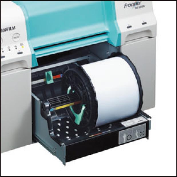 [foto] Bandeja de papel aberta, com rolo de papel na bandeja da impressora DE100