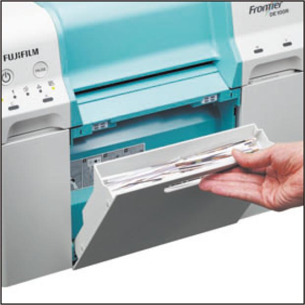 [foto] Puxe a bandeja de papel de descarte manualmente, na frente da DE100