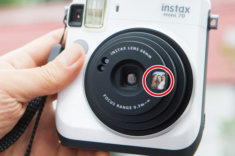 Imagem ampliada da câmera mini 70 do espelho de selfie ao lado da lente