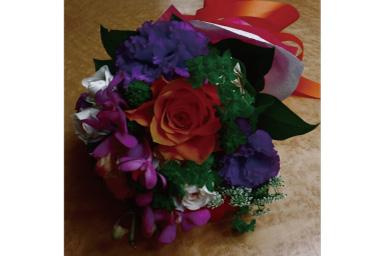 Uma imagem ligeiramente mais escura de um buquê de flores na mesa