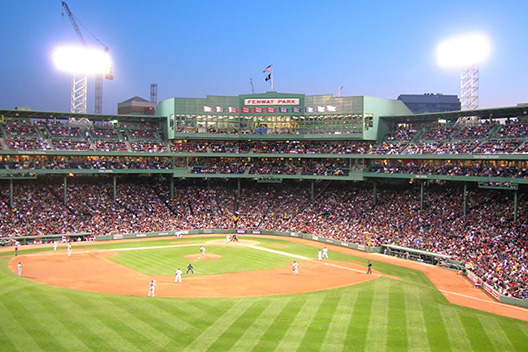 [photo] A baseball game at a baseball stadium in the evening