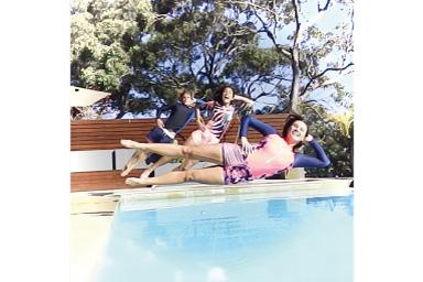 Imagem de três pessoas pulando na piscina com vinheta branca