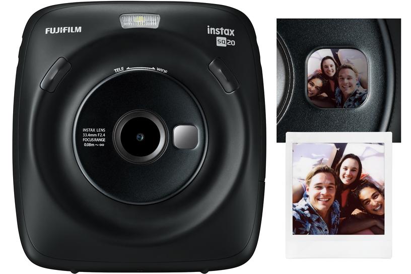 A frente de uma câmera SQ20 preta e o close-up no espelho de selfies mostram o reflexo de três pessoas sorrindo e uma foto de três pessoas sorrindo