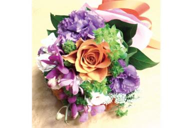 Uma imagem ligeiramente mais clara de um buquê de flores na mesa
