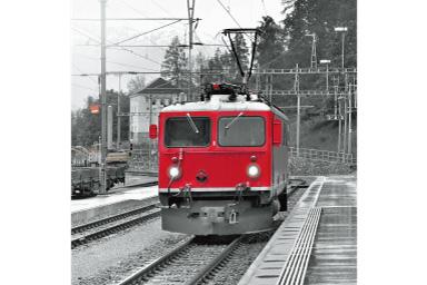 Imagem de um trem vermelho com filtro Parcial Vermelho aplicado onde tudo, exceto o trem, é preto e branco