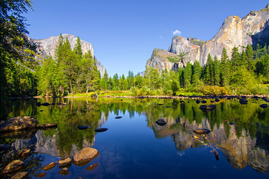 [photo] A lake view with a mountainous landscape on a clear blue sky day