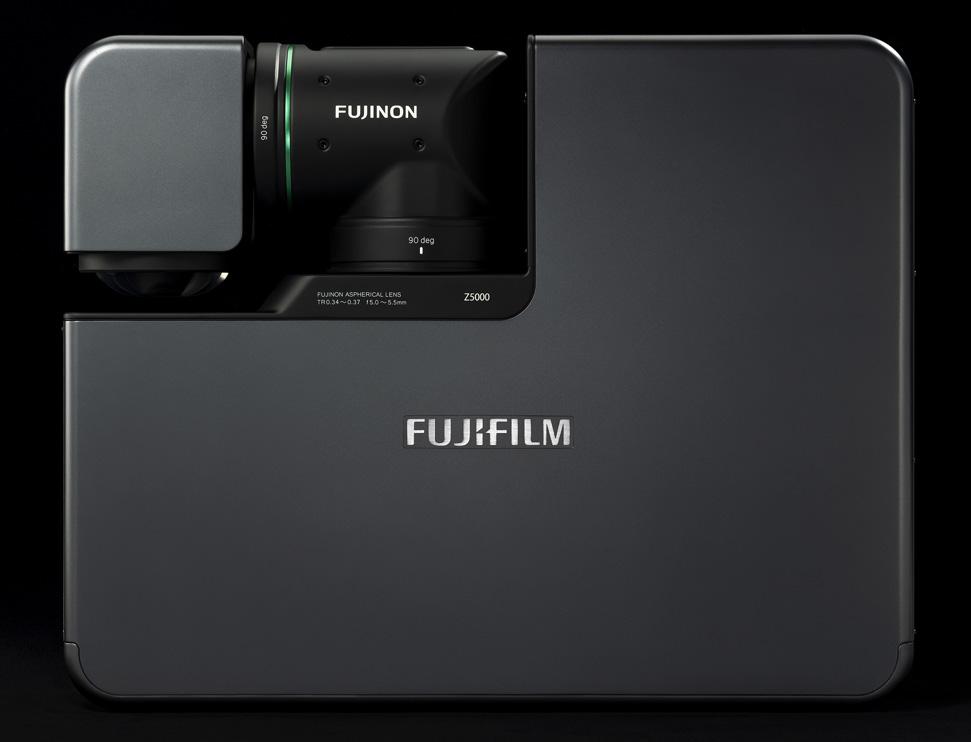 [foto] Parte superior do FP-Z5000 em posição compacta, com lente do projetor articulada fechada