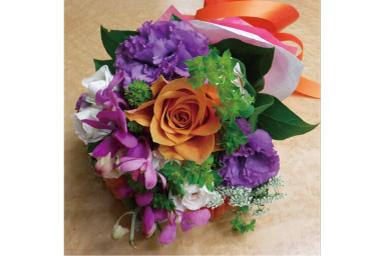 Imagem com brilho normal de buquê de flores na mesa