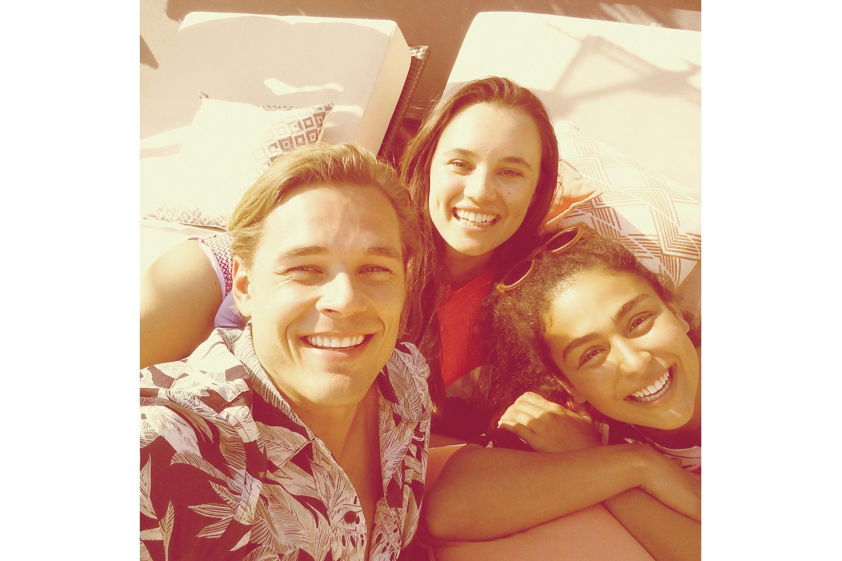 Imagem de três pessoas com filtro Marmalade aplicado