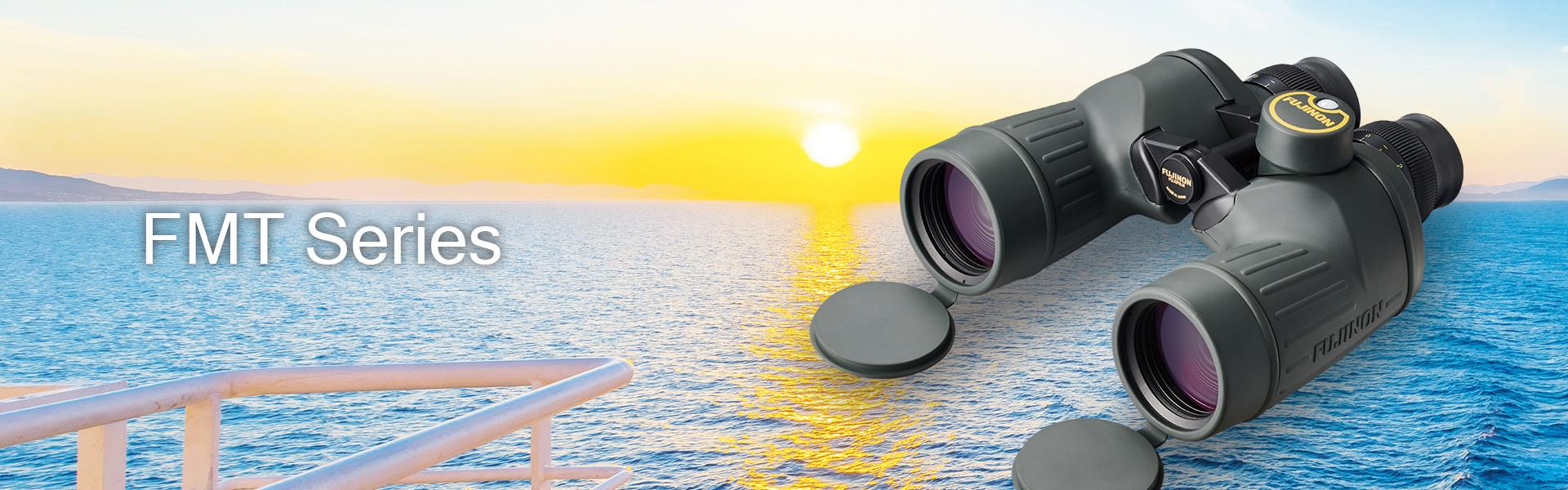 [foto] Texto da Série FMT com um binóculo Fujifilm da Série FMT e um pôr do sol no fundo, sobre o oceano