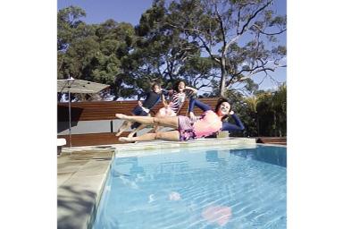 Imagem de três pessoas pulando na piscina sem vinheta