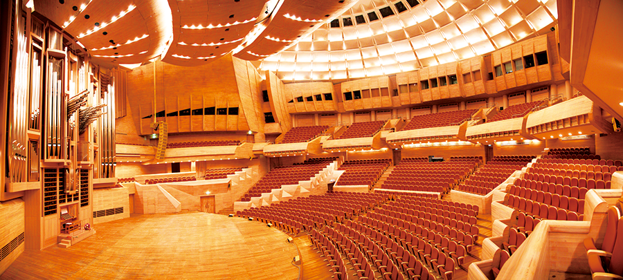[photo] Inside of an indoor performing arts theatre