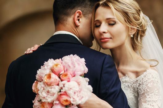 Casal em traje de casamento