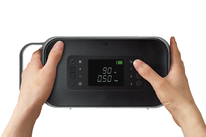 [foto] Mãos segurando o dispositivo e pressionando o botão