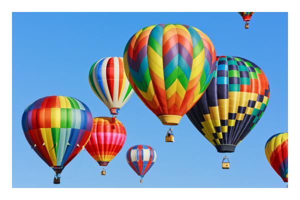 Vários balões de ar quente coloridos flutuando no céu