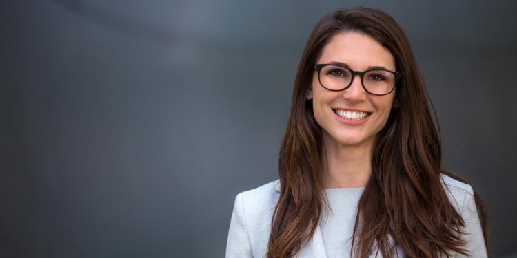 [foto] Mulher sorridente com óculos