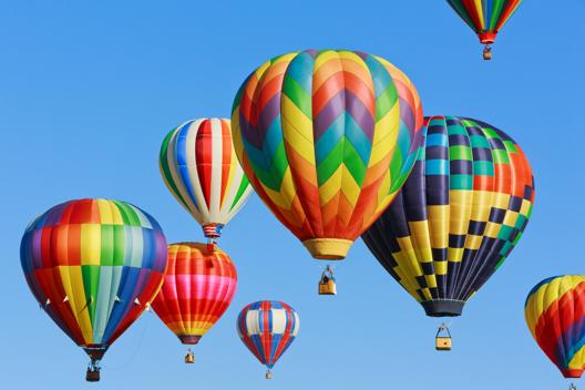 De nombreuses montgolfières colorées flottent dans le ciel