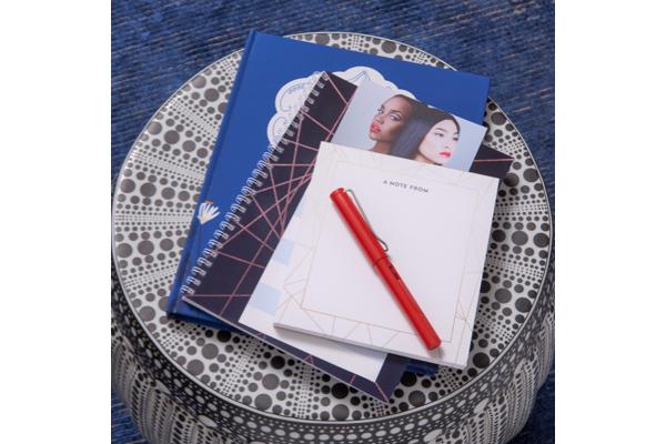 image de carnets et de stylo rouge sur une table ronde