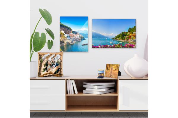 image d'une étagère de divertissement avec des objets décoratifs devant un mur avec des peintures