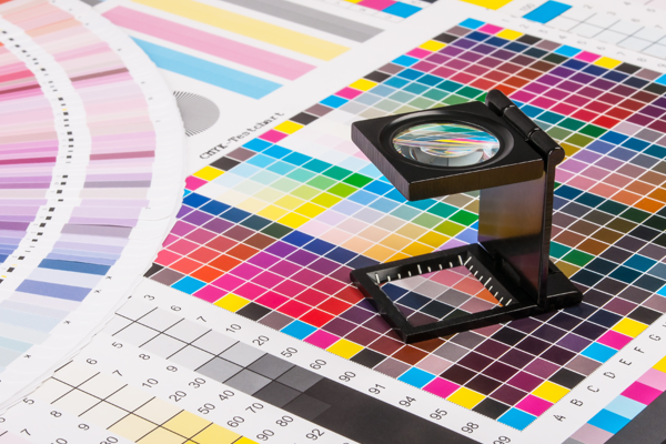 Colour magnifier on top of a color chart