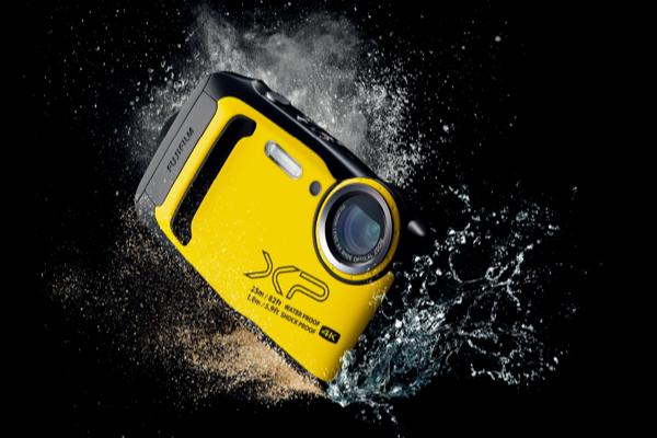 [photo] A Fujifilm Finepix camera in yellow splashing in water