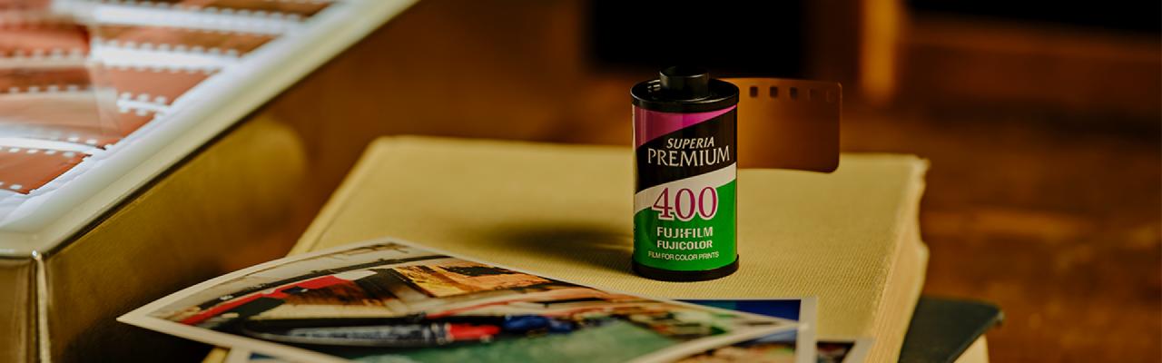 [photo] Film Fujicolor Superia X-Tra 400sur un livre grand format blanc et échantillon d'impression et négatifs de film sur le côté