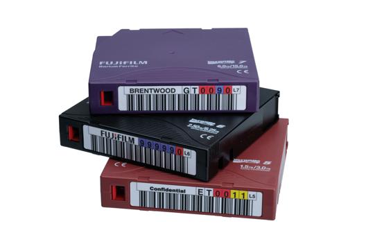 Stapel von Fujifilm-Kassetten mit Barcode-Labels