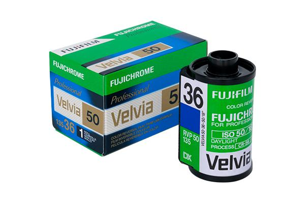 [foto] Pellicola FUJICHROME Velvia 50 accanto alla sua scatola