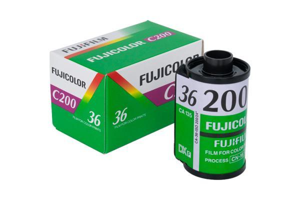 [foto] Pellicola Fujicolor C200 accanto alla sua scatola