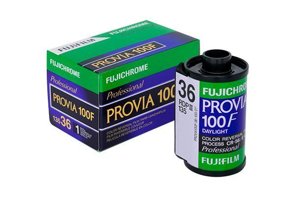 [foto] Pellicola FUJICHROME PROVIA 100F accanto alla sua scatola