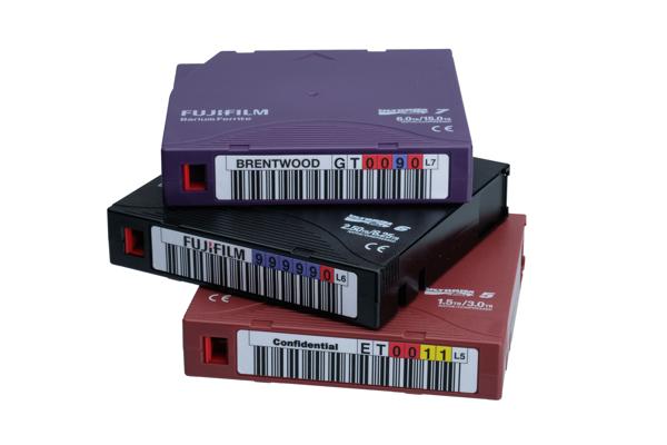 Pila di cartucce FujiFilm con etichette con codici a barre