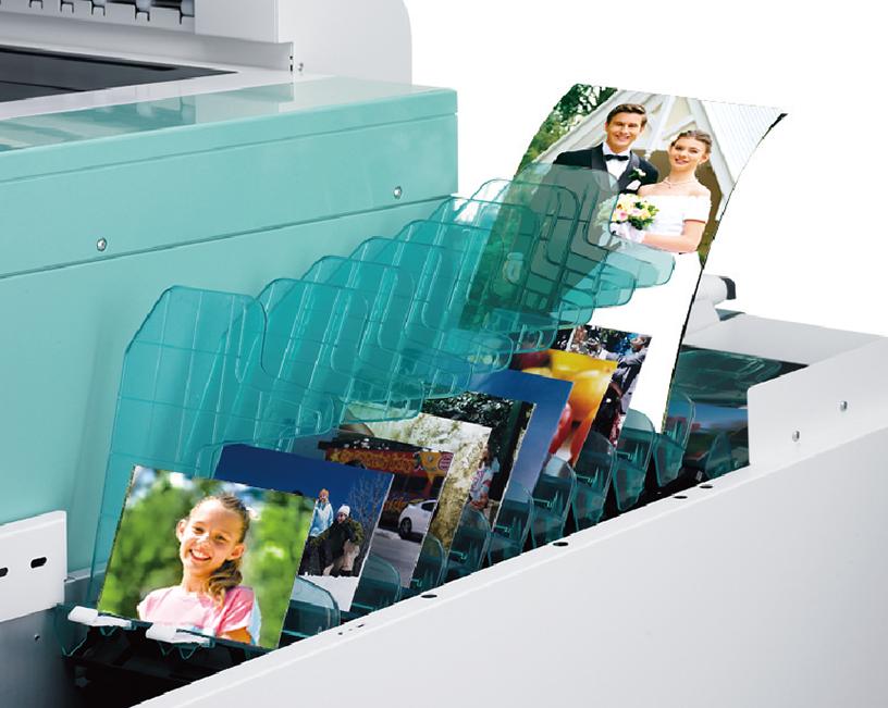 [foto] Bandeja organizadora de impresión y fotos, repleta con fotos, junto a la impresora DL600