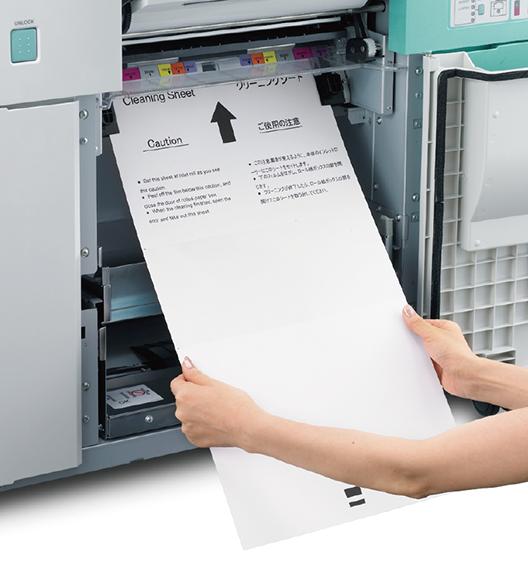 [foto] Mujer alimentando una hoja de papel de limpieza en la alimentación de papel de la impresora