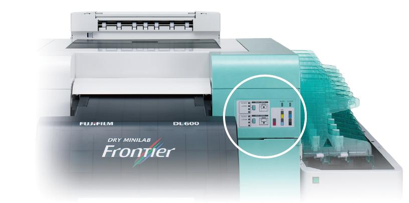 [imagen] Frente de la impresora Frontier DL600 con el panel de operación encerrado en un círculo