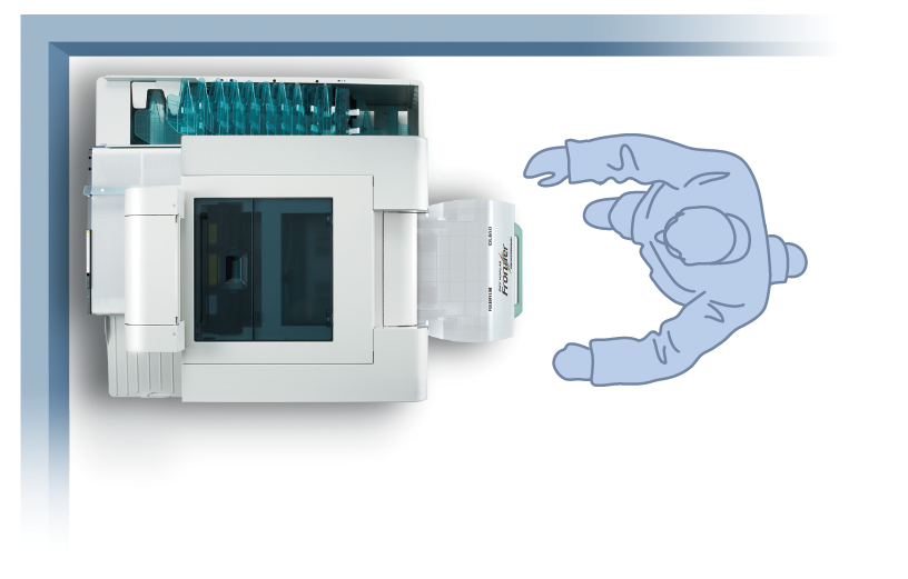 [imagen] Vista superior de la impresora Frontier DL650 PRO en la esquina de una habitación con dibujo de un hombre parado frente a ella