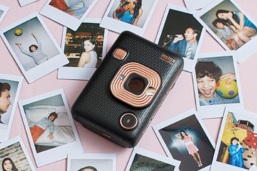 Imagen de una cámara LiPlay negra alrededor de imágenes en la mesa