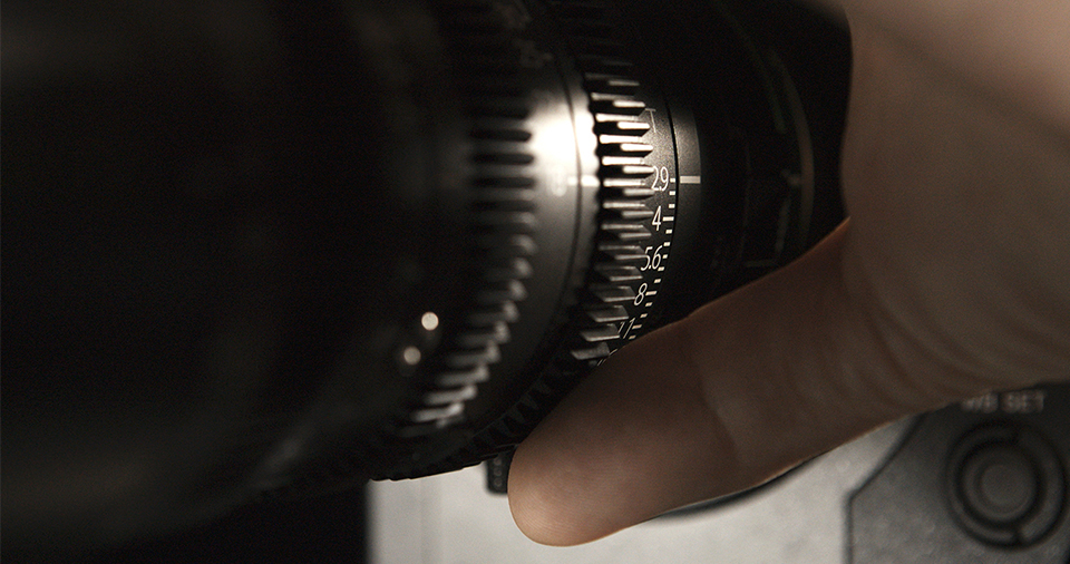 [photo] A cameramans hand on the iris of an MK Lens on a camera