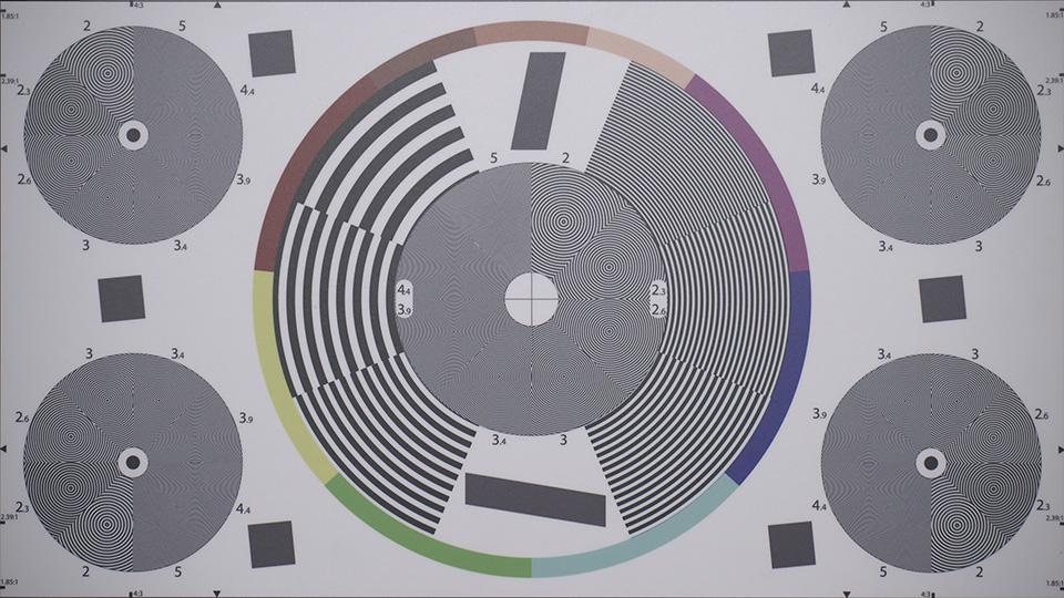 [foto] Un círculo grande y 4 círculos más pequeños con líneas onduladas en un cuadro de prueba de lentes