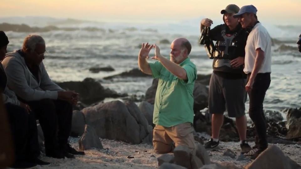 [foto] El cinematógrafo William Wages prepara una toma junto al océano con el equipo y actores