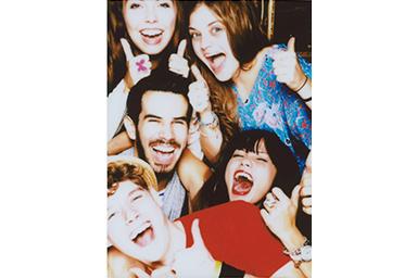 Imagen con filtro Poster de jóvenes