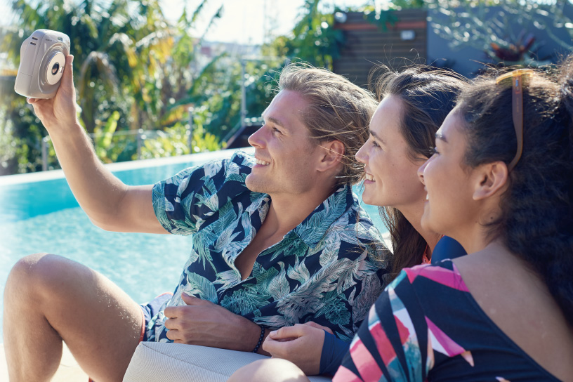 Image of three persons taking selfie with pink SQUARE SQ20 camera