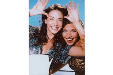 Imagen con burbuja de texto 4 de dos mujeres jóvenes sonriendo