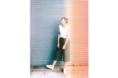 Imagen con filtro Light FX de una joven sonriendo