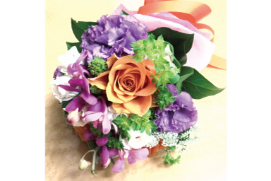 A slightly brighter Image of flower bouquet on table