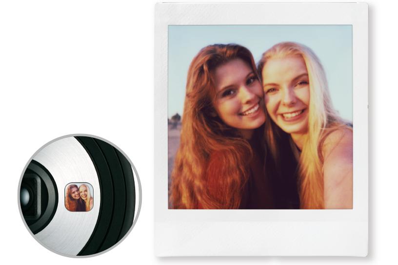 Imagen de un espejo para autorretratos SQ6 en primer plano que refleja a dos mujeres y una foto de dos mujeres